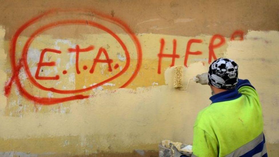 Un obrero municipal pinta sobre un grafiti de ETA en Gernika, en la Comunidad Autónoma del País Vasco, España.