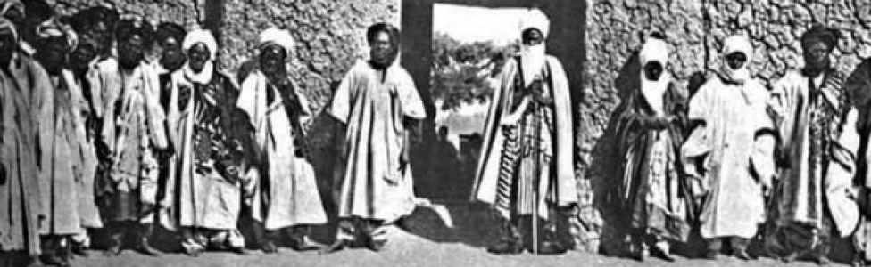 Sarkin Kano Abbas tare da hakimansa a bakin daya daga kofofin Kano jim kadan bayan turawa sun nada shi sarki na farko a zamaninsu