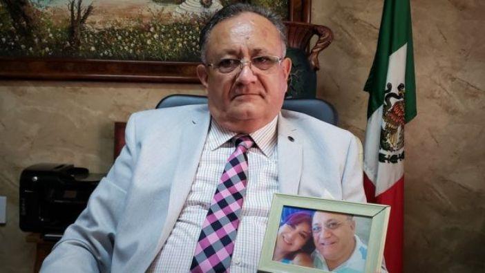 Octavio Cotero junto a una foto de su hija