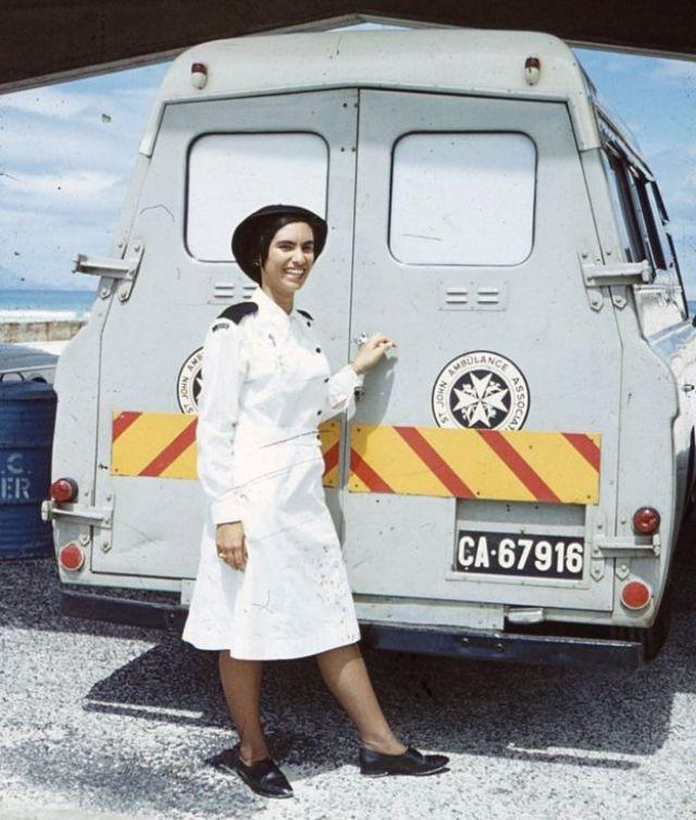 Margaret en uniforme d'infirmière devant une ambulance