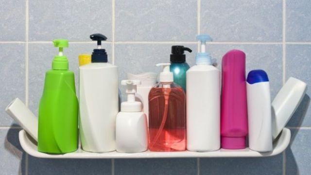Potes de cosméticos em banheiro
