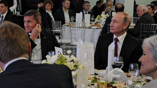 Michael Flynn sentado junto a Putin en una gala.