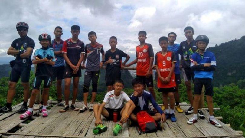 Grupo de garotos com técnico
