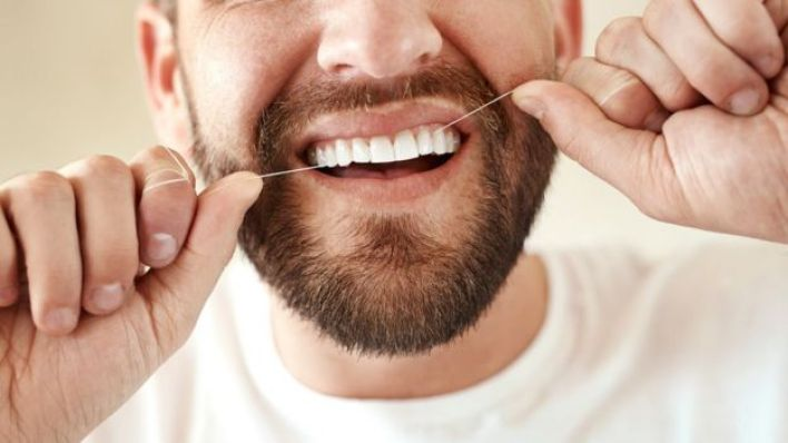 رجل ينظف أسنانه