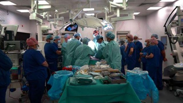 Equipe médica em sala de cirurgia em operação de Safa e Marwa em Londres