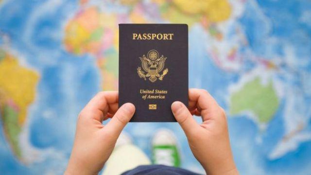 Joven sosteniendo pasaporte