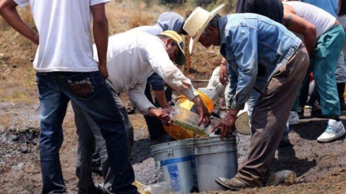 Hombres en México extrayendo combustible.