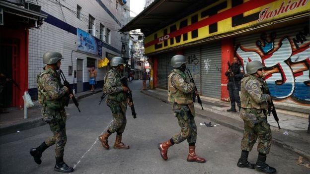 Militares fazem operação na favela da Rocinha após guerra entre quadrilhas rivais de traficantes pelo controle da área em 22/09/2017