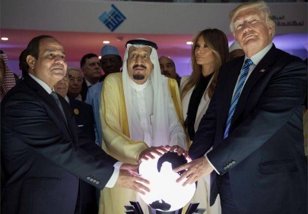 Abdul Fattah al-Sisi (left), Salman bin Adbulaziz (centre) and Donald Trump put their hands on an illuminated globe, Riyadh (21/05/17)
