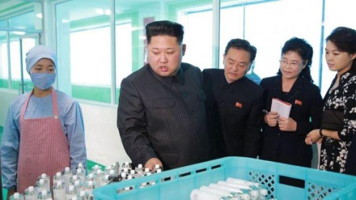 كيم يونغ أون خلال زيارة إلى مصنع مستحضرات تجميل