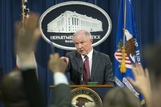 Bajo enorme presión, Sessions compareció ante los medios este jueves.
