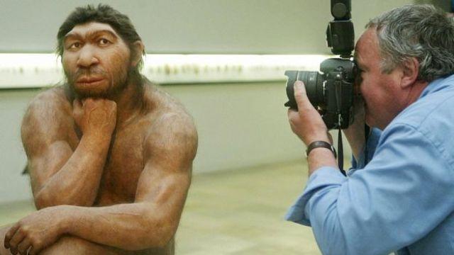 Homem fotografa reprodução de neandertal