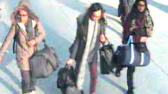 شاميما واثنتان من صديقاتها وهما أميرة عباسي وخديجة سلطانة غادرن لندن من مطار غاتويك إلى تركيا