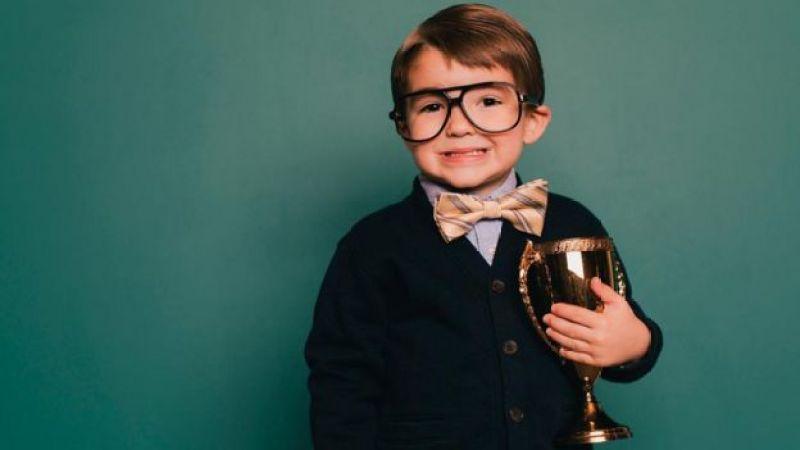 Niño con un trofeo