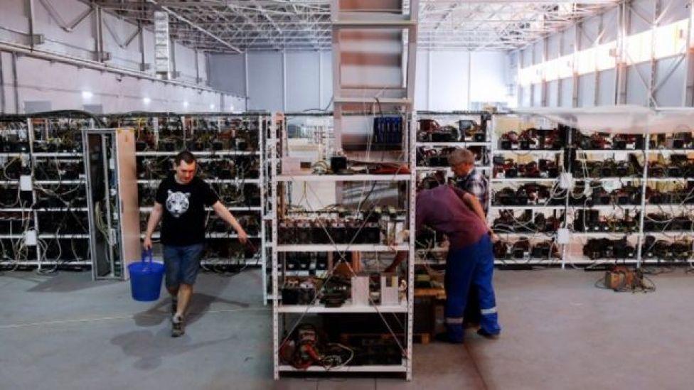 Galpón de minería de bitcoin en Rusia.