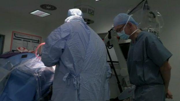 Henry Marsh na sala de operação