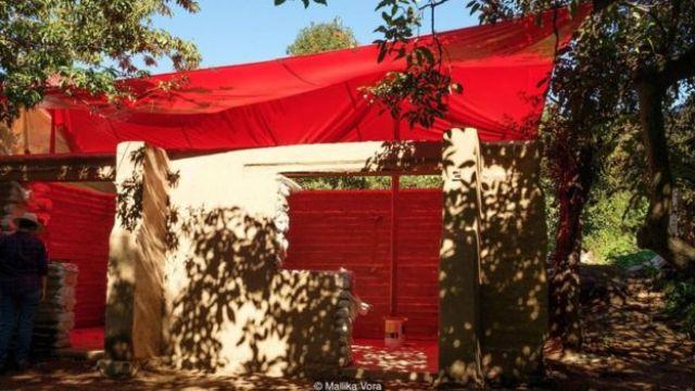 Foto da construção da casa de superadobe de Pablo Cuauhtémoc Saavedra Castellanas