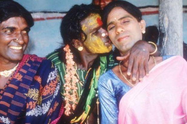 Los eunucos se abrazan en una habitación de hotel el 24 de abril de 1994 en Villupuram, India.
