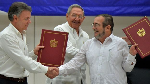 Colombian Cumhurbaşkanı Juan Manuel Santos FARC lideri Timoşenko'yla el sıkışırken.
