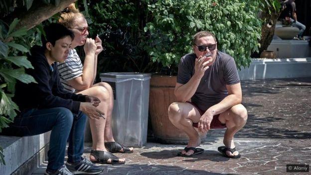جماعة من المدخنين