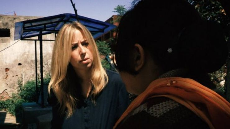 Sunita, de costas, em entrevista à BBC