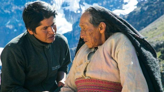 Óscar Catacora dando instrucciones a Rosa Nina, actriz protagonista del film.