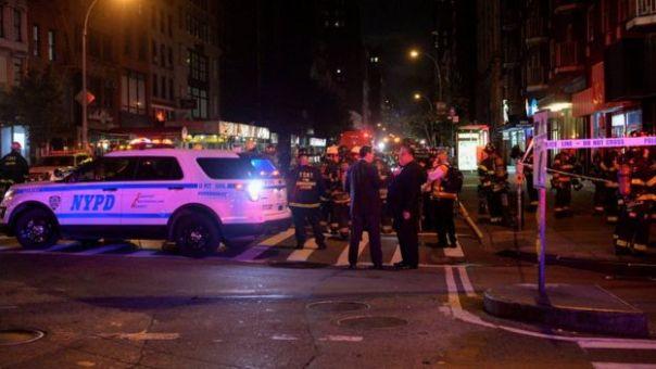 Funcionarios de la policía y de los bomberos de Nueva York acordonan la zona.