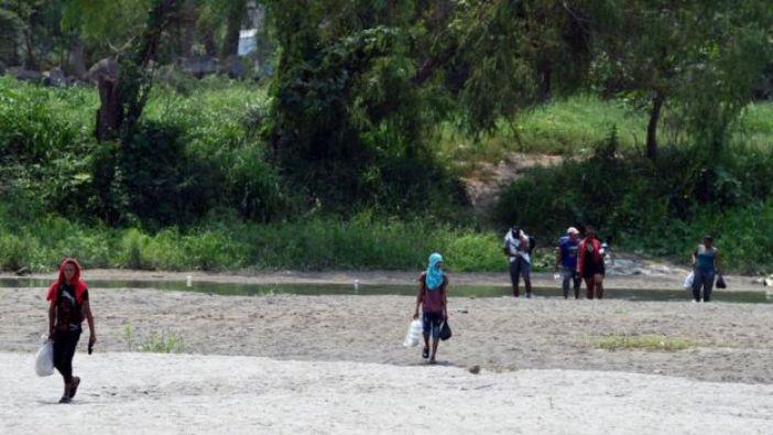 Migrantes centroamericanos cruzan el río Suchiate en la frontera entre Guatemala y México
