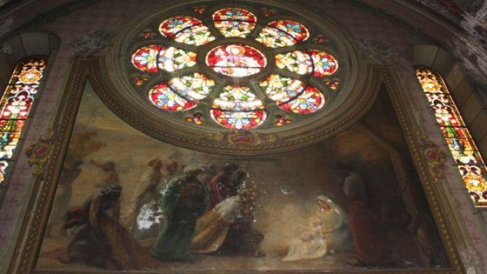 Pintura 'Adoração dos reis magos', do francês Henri Bernard (1923), com marcas de infiltração e de argamassa