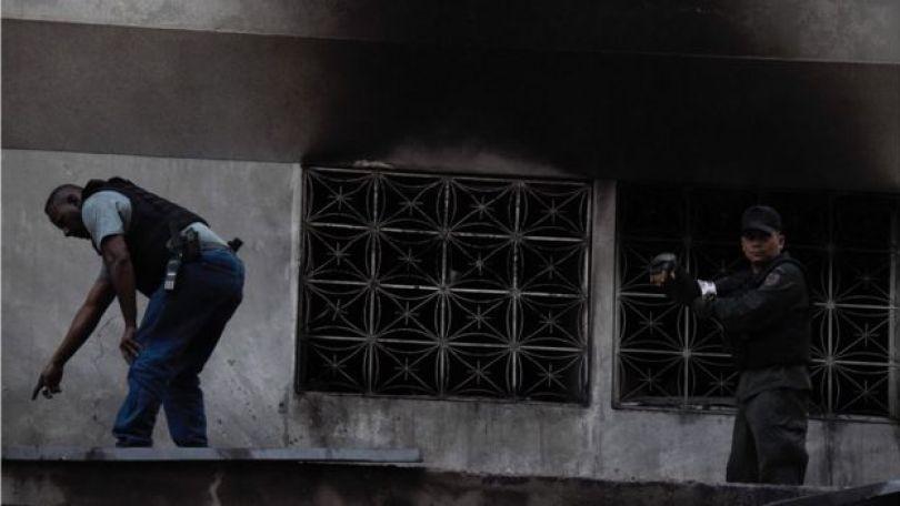 Forças de segurança inspecionam prédio em Caracas