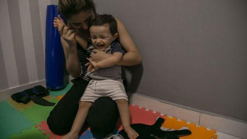 Guilherme, de 1 e 4 meses, com a mãe, Michelle