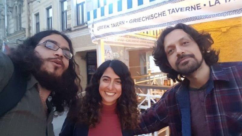 از راست به چپ پناه فرهادبهمن، تارا سپهریفر و آرش عزیزی - از چپ به راست هر سه موهایشان فر دارد!