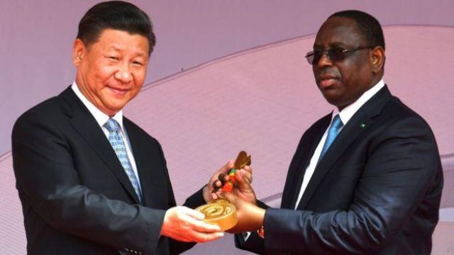 El presidente de China, Xi Jinping (izq.), con el presidente de Senegal, Macky Sall