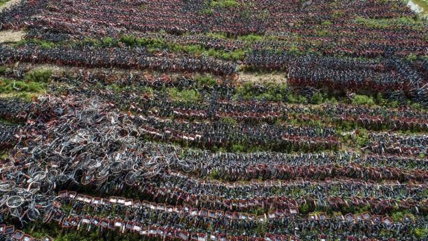 Pilha de bicicletas abandonadas na China