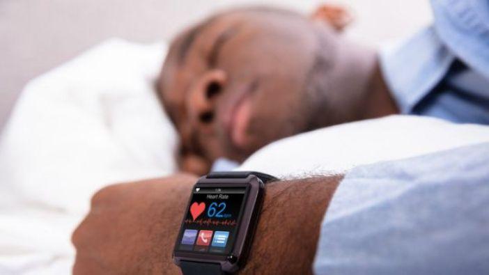 Hombre durmiendo con reloj inteligente