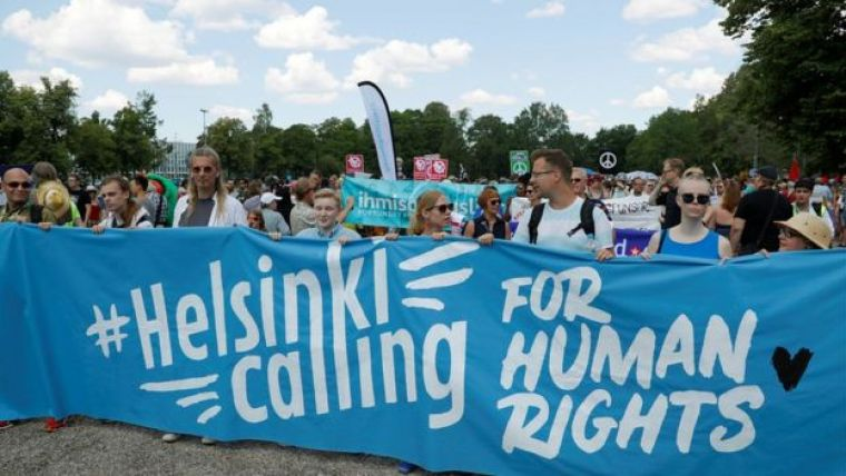 Manifestantes em Helsinki durante cúpula entre Estados Unidos e Rússia