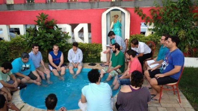 Militantes na piscina