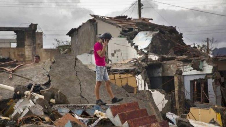 Un joven camina sobre los escombros en Baracoa.