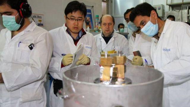 Inspetores da Agência Internacional de Energia Atômica e técnicos iranianos