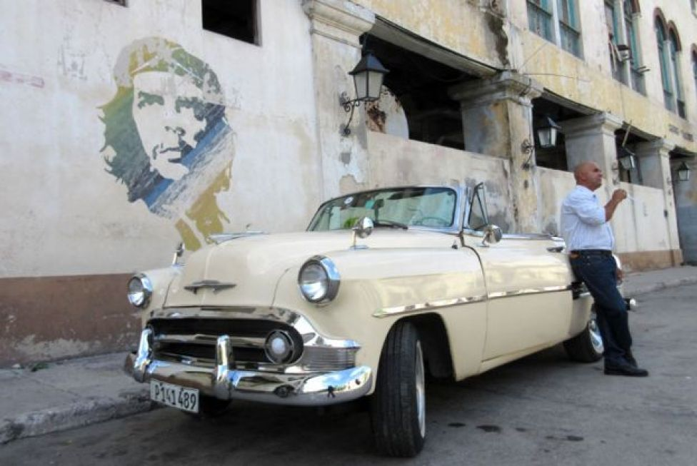 Car parked under Che graffiti