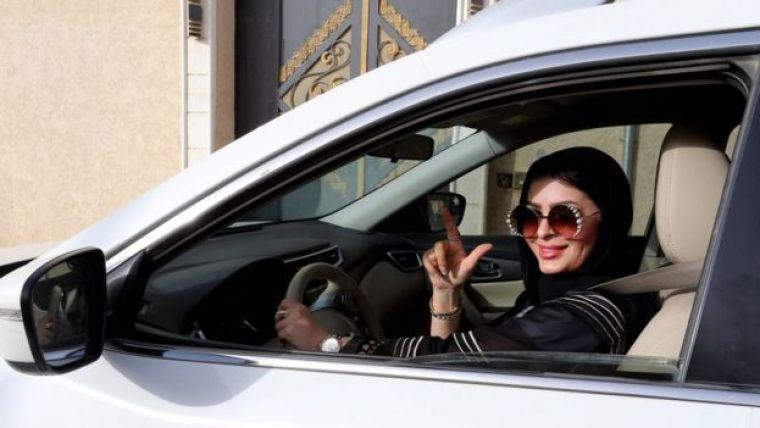 Huda al-Badri em carro em Riad