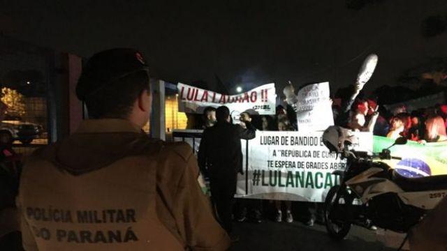 Manifestantes contrários a Lula perto da PF