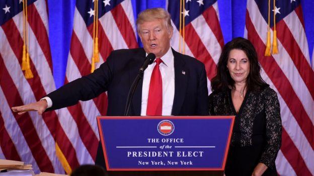 Trump junto da advogada da Organização Trump, Sheri Dillon