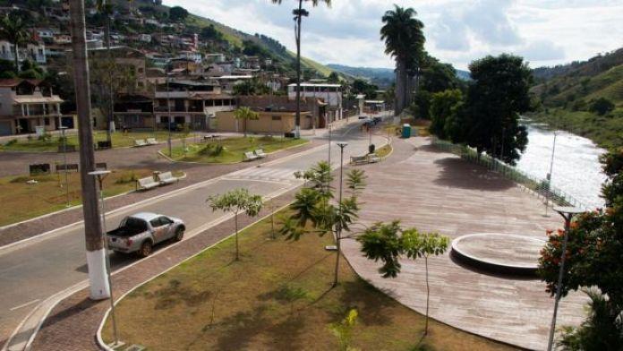 Praça principal de Barra Longa