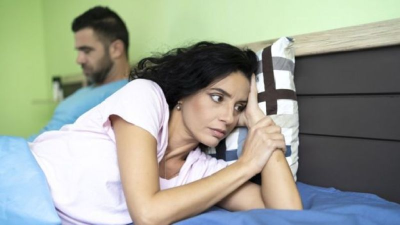 Casal na cama brigado