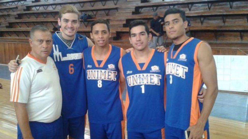 Juan Pablo y sus compañeros de básquetbol