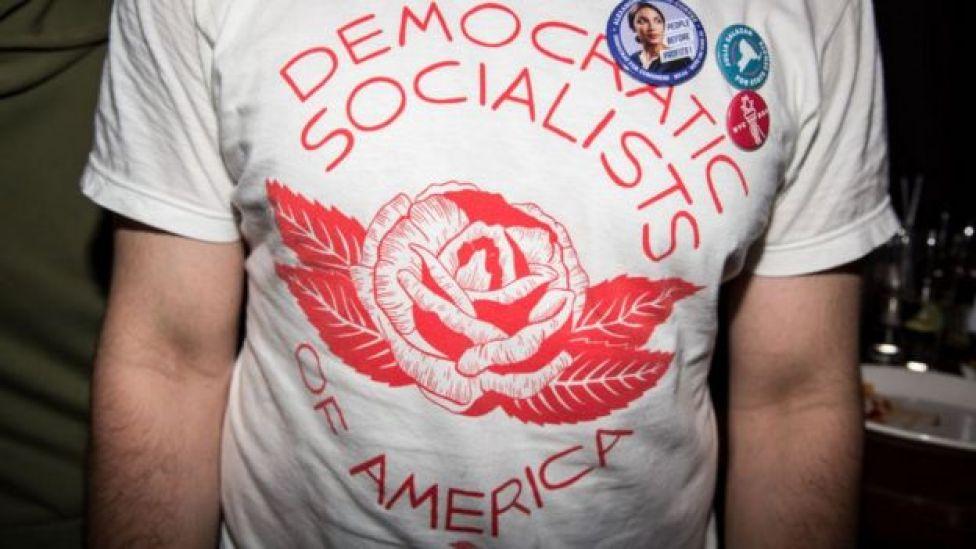 Un hombre con una camiseta del DSA.