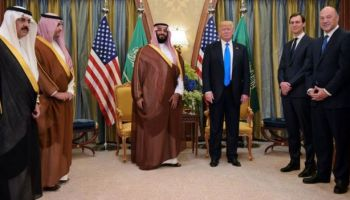 Donald Trump, (d), en su visita a Riad