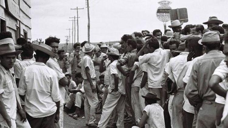 Fila para cadastro de trabalhadores na construção de Brasília