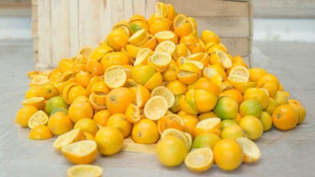 Le bucce aromatiche dopo i frutti sono state spremute